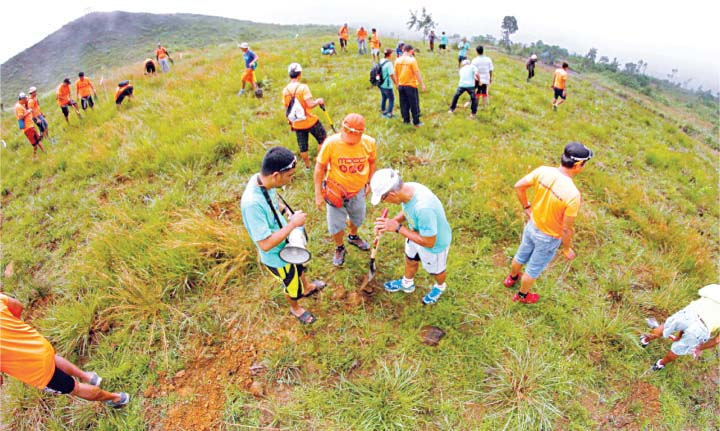 TREE PLANTING – Members of Metro-Dagupan Cycling Club, together with Philippine Red Cross-Pangasinan, Aguilar local government, Department of Environment and Natural Resources, and other civic organizations plant almost 2,000 Agoo tree seedlings at Sitio Mapita in Aguilar, Pangasinan on September 17, 2016. (Manila Bulletin photo by Jojo Riñoza/Manila Bulletin)