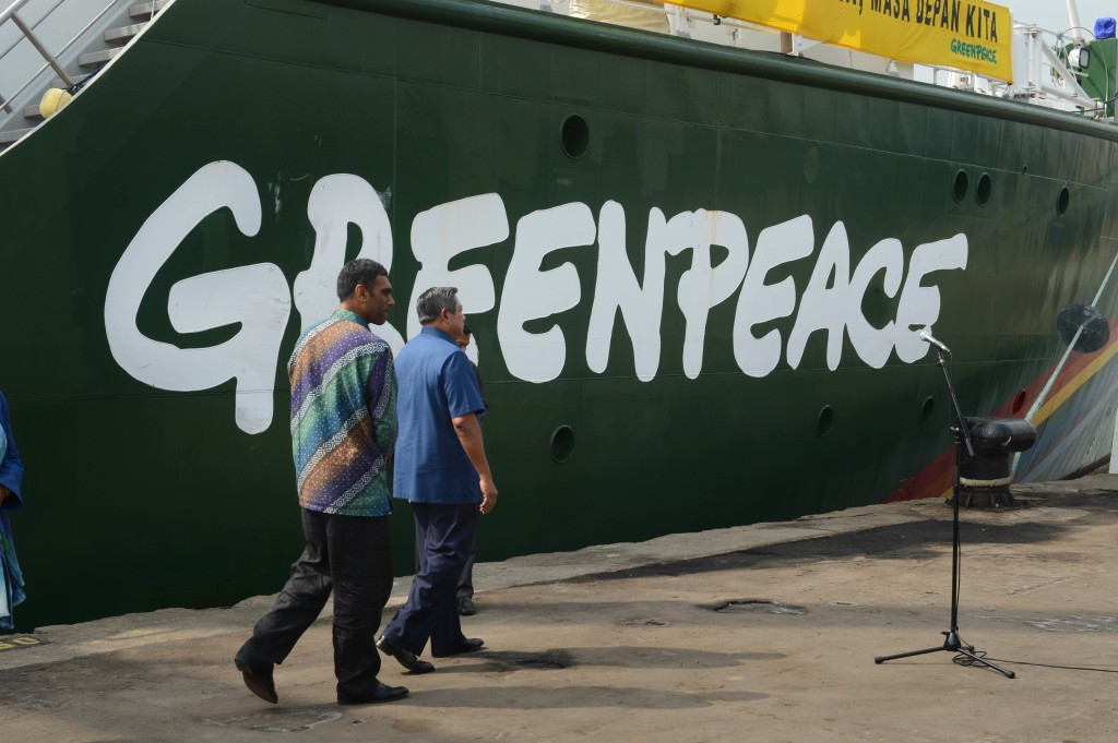 President Susilo Bambang Yudhoyono is escorted by Greenpeace International executive director Kumi Naidoo to the Rainbow Warrior, anchored at a Jakarta port on June 7. (AFP Photo)