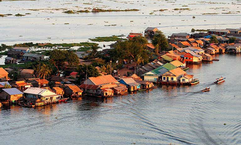 A floating village on Tonle Sap Lake, Cambodia. Upstream dams are impacting the Mekong River, and with it, the lives of those who live downstream. Photo by Jialiang Gao GNU Free Documentation License 1.2 (Wikimedia)