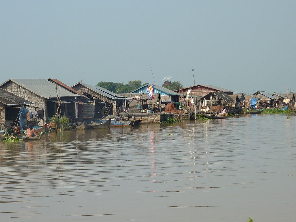 Czech aid group People in Need has installed two sensors on bridges on the Tonle Sap river in Cambodia, to trigger a system that sends text messages or calls to mobile phones warning of heavy rains. Image: Photo Dharma from Penang, Malaysia,CC BY-SA 2.0, via Wikimedia Commons