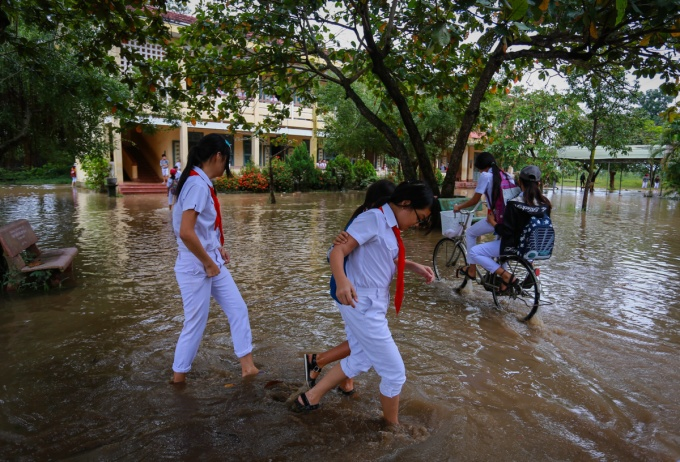 Students in the central province of Binh Dinh go back to school in the aftermath of a severe flood in December 2016. Photo by VnExpress/Thanh Nguyen