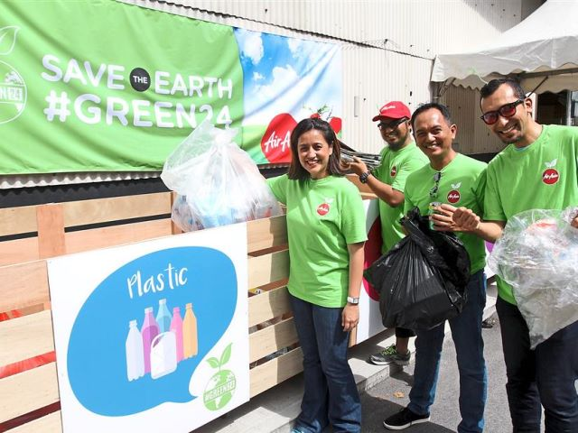 AirAsia Berhad chief executive officer Aireen Omar (left) participated in a recycling campaign in conjunction with a talk by Power Shift Malaysia, a climate change movement, talk on raising awareness about climate change. Pic: Twitter