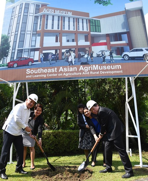 Thai Education Minister Teerakiat Jareonsettasin (right), concurrent SEAMEO Council President, and Dr. Gil C. Saguiguit Jr., SEARCA Director, lead the groundbreaking of the Southeast Asian AgriMuseum and Learning Center on Agriculture and Rural Development on 19 April 2017.