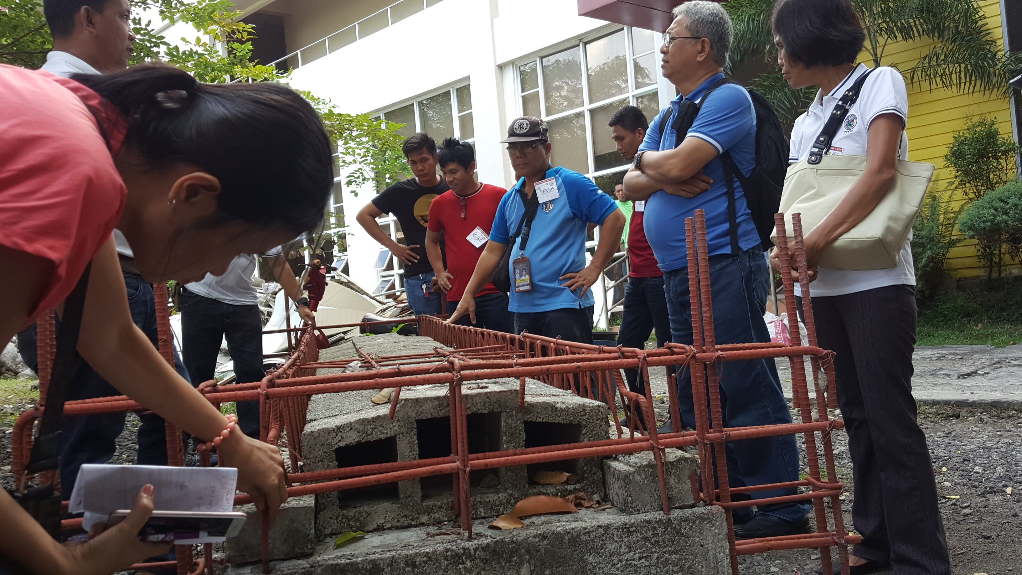 The participants also had the opportunity to observe and test the strength of the assembled beam of slab blocks.