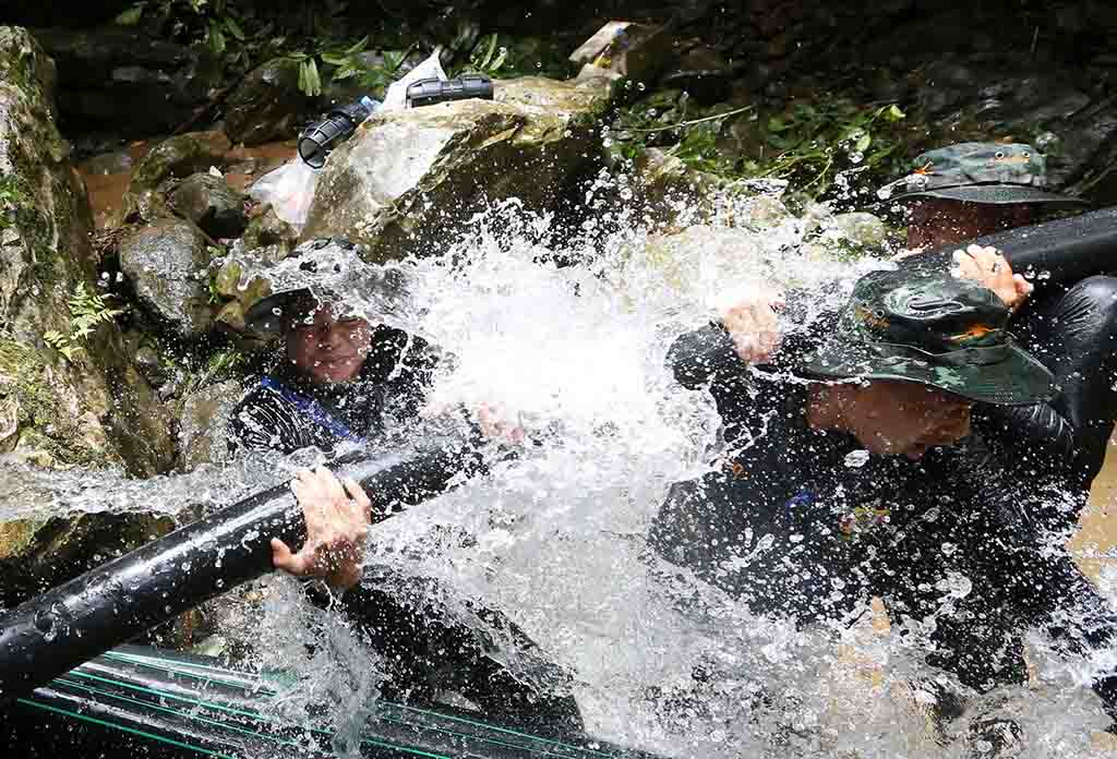 Thai soldiers connected pipes to reroute water away from the Tham Luang Cave on Saturday.CreditSakchai Lalit/Associated Press