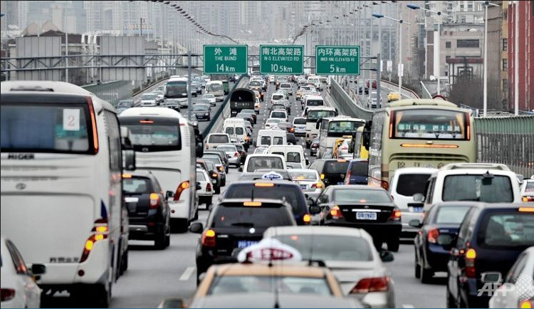 This file photo shows heavy traffic headed toward downtown Shanghai. (Photo: AFP/Files/Philippe Lopez)