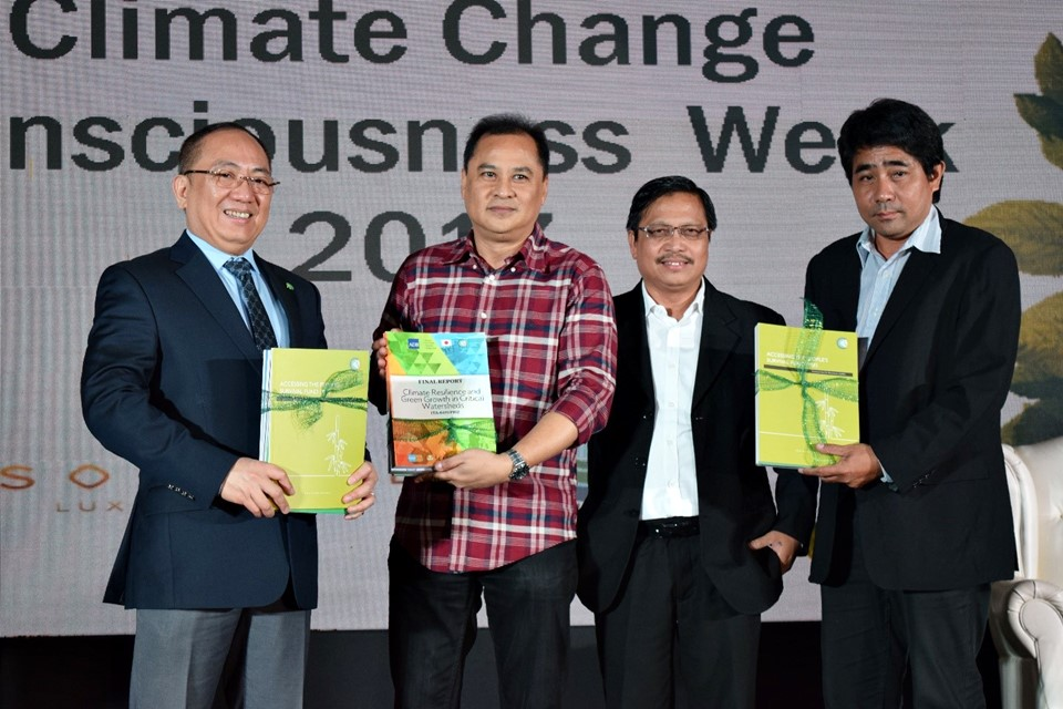 From left: Secretary Emmanuel De Guzman and Commissioner Noel Gaerlan of the Climate Change Commission (CCC); Dr. Lope Santos III, Unit Head of Project Development and Technical Services (PDTS); and Mr. Alexis Lapiz of CCC during the Launching of Communities of Resilience (CORE) Learning Modules on 22 November 2017 at Sofitel Hotel, Manila.