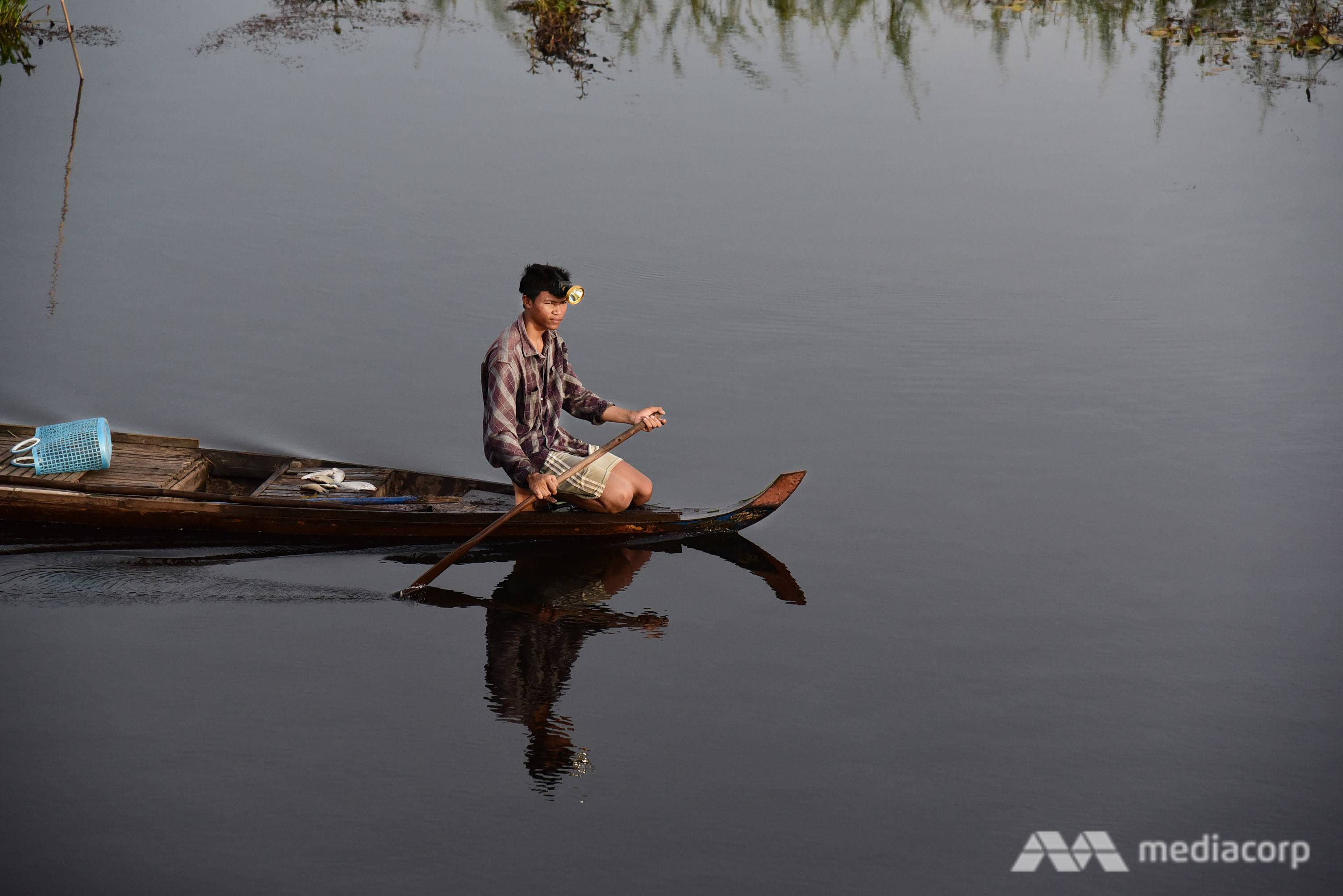 During flooding season, floating farmers catch wild fish in their inundated rice fields as they turn into a fertile fishing ground. (Photo: Pichayada Promchertchoo)