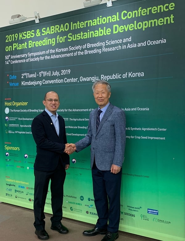 Dr. Glenn B. Gregorio (left), SEARCA Director and new President of SABRAO, with outgoing SABRAO president Prof. Dr. Sang-Nag Ahn of Chungnam National University, South Korea.